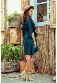 Numoco - Koktajlowa sukienka oversize z paskiem w talii. Materiał: elastan. Typ sukienki: oversize. Styl: wizytowy