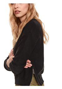 TOP SECRET - Luźny sweter z suwakami po bokach. Kolor: czarny. Materiał: dzianina. Długość: krótkie. Wzór: aplikacja. Sezon: wiosna