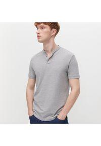 Reserved - Koszulka polo z niską stójką - Jasny szary. Typ kołnierza: kołnierzyk stójkowy, polo. Kolor: szary