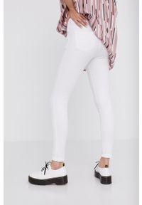 Białe jeansy Answear Lab wakacyjne