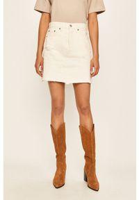 Levi's® - Levi's - Spódnica jeansowa. Okazja: na co dzień, na spotkanie biznesowe. Kolor: biały. Materiał: jeans. Styl: casual, biznesowy