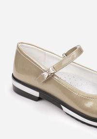 Born2be - Złote Balerinki Alethriphaeia. Nosek buta: okrągły. Zapięcie: rzepy. Kolor: złoty. Materiał: skóra, lakier. Wzór: aplikacja