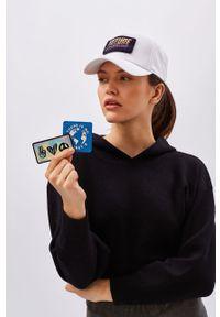 Biała czapka z daszkiem z aplikacjami