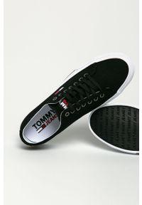 Czarne niskie trampki Tommy Jeans z okrągłym noskiem, z cholewką