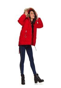 TOP SECRET - Krótka kurtka damska z futrem przy kapturze. Typ kołnierza: kaptur. Kolor: czerwony. Materiał: futro. Długość: krótkie. Wzór: aplikacja. Sezon: zima #4