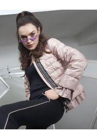 CATERINA - Pikowana kurtka puchowa z falbaną. Kolor: różowy, fioletowy, wielokolorowy. Materiał: puch. Wzór: aplikacja