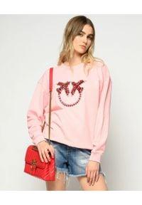 Pinko - PINKO - Różowa bluza z kryształami Nelly 2. Kolor: wielokolorowy, fioletowy, różowy. Materiał: jeans, bawełna. Długość rękawa: długi rękaw. Długość: długie. Wzór: aplikacja. Styl: glamour