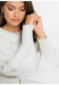 Biały sweter bonprix z okrągłym kołnierzem