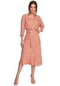 MOE - Midi Sukienka w Grochy z Nietoperzowym Rękawem - Łososiowa. Kolor: różowy. Materiał: wiskoza. Wzór: grochy. Długość: midi