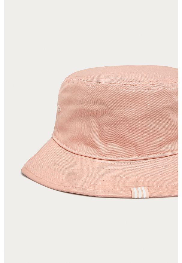 Różowy kapelusz adidas Originals z aplikacjami