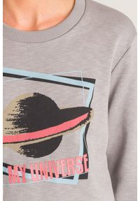 Szara bluza Emporio Armani z motywem wszechświata. Okazja: na co dzień. Kolor: szary. Styl: casual, sportowy