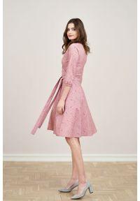 Marie Zélie - Sukienka Hermia Paridae pudrowy róż. Typ kołnierza: dekolt kopertowy. Kolor: różowy. Materiał: bawełna, dzianina, materiał, elastan, skóra. Długość rękawa: krótki rękaw. Typ sukienki: kopertowe