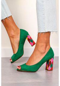Sergio Leone - czółenka sergio leone peep toe na ozdobnym słupku zielone pb135. Nosek buta: otwarty. Kolor: zielony. Materiał: skóra ekologiczna, zamsz. Szerokość cholewki: normalna. Obcas: na słupku. Wysokość obcasa: średni