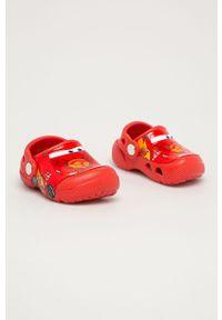 Czerwone klapki Crocs wakacyjne