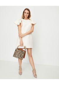 VALENTINO - Beżowa sukienka z falbanami. Okazja: na ślub cywilny, na wesele. Kolor: beżowy. Materiał: jedwab, wełna. Długość rękawa: krótki rękaw. Typ sukienki: proste