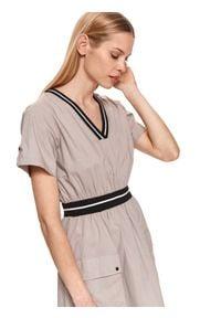 DRYWASH - Sukienka midi z dekoltem w serek i naszywanymi kieszeniami. Typ kołnierza: dekolt w serek. Kolor: beżowy. Materiał: tkanina, bawełna. Długość rękawa: krótki rękaw. Sezon: lato. Długość: midi