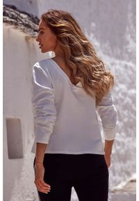 MOE - Ecru Bazowa Bluzka Oversize z Dekoltem na Plecach. Materiał: bawełna, elastan