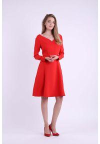Nommo - Czerwona Rozkloszowana Sukienka z Dekoltem w Kształcie Litery V. Typ kołnierza: dekolt w kształcie V. Kolor: czerwony. Materiał: wiskoza, poliester