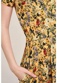 Marie Zélie - Sukienka Selma Lucida melonowa. Typ kołnierza: dekolt w serek. Materiał: wiskoza, dzianina, materiał, elastan, tkanina. Długość: midi