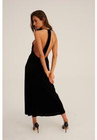Undress Code - Sukienka The French Way. Okazja: na co dzień. Typ kołnierza: dekolt halter. Kolor: czarny. Materiał: tkanina. Wzór: gładki. Typ sukienki: proste. Styl: casual