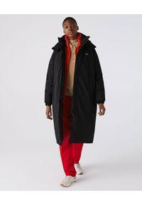 Lacoste - LACOSTE - Czarna kurtka oversize. Kolor: czarny. Materiał: tkanina. Długość: długie. Wzór: gładki. Sezon: zima. Styl: sportowy, elegancki