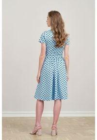 Marie Zélie - Sukienka Larissa błękitna w kropki krótki rękaw. Typ kołnierza: dekolt kopertowy. Kolor: niebieski. Materiał: materiał, bawełna, dzianina, skóra, elastan. Długość rękawa: krótki rękaw. Wzór: kropki. Typ sukienki: kopertowe