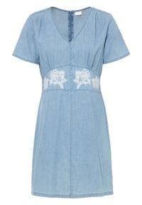 "Sukienka dżinsowa bonprix niebieski ""bleached"". Kolor: niebieski. Wzór: haft"