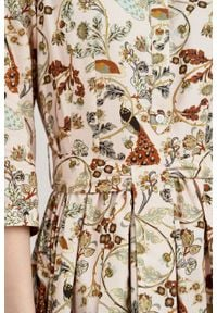 Marie Zélie - Sukienka Aglaia Pavo pudrowa. Typ kołnierza: kołnierzyk stójkowy. Materiał: materiał, wiskoza, skóra, bawełna. Wzór: kwiaty