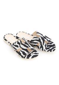 Zapato - damskie klapki na miękkiej podeszwie - skóra naturalna - model 371 - kolor czarno biała zebra. Okazja: na imprezę, na co dzień. Kolor: wielokolorowy, biały, czarny. Materiał: skóra. Wzór: motyw zwierzęcy. Sezon: lato, wiosna. Obcas: na płaskiej podeszwie. Styl: wakacyjny, klasyczny, casual