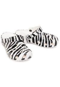 Crocs Klapki Classic Animal Print Clog 206676 Biały. Kolor: biały. Wzór: nadruk