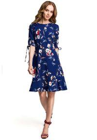 Niebieska sukienka rozkloszowana MOE z falbankami, w kwiaty