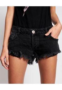 ONETEASPOON - Czarne szorty Bonitas Low Waist. Okazja: na co dzień. Stan: obniżony. Kolor: czarny. Materiał: jeans. Wzór: aplikacja, paski. Sezon: lato. Styl: klasyczny, casual