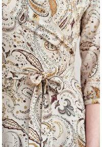 Marie Zélie - Sukienka Duilin Duchesse kremowa. Kolor: kremowy. Materiał: bawełna, wiskoza, tkanina. Typ sukienki: kopertowe