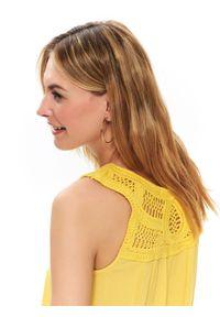 TOP SECRET - Luźna bluzka z plecionką. Okazja: na co dzień. Kolor: żółty. Materiał: prążkowany, tkanina. Sezon: wiosna, lato. Styl: casual