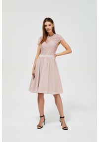 MOODO - Sukienka różowa z koronką. Kolor: różowy. Materiał: koronka. Wzór: koronka. Styl: vintage, elegancki