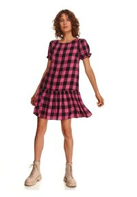 TOP SECRET - Luźna sukienka w kratę. Okazja: na co dzień. Kolor: różowy. Materiał: dzianina. Wzór: kratka. Sezon: jesień. Typ sukienki: proste. Styl: casual