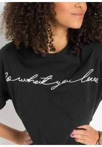 Krótki shirt oversize bonprix czarno-biały z nadrukiem. Kolor: czarny. Długość: krótkie. Wzór: nadruk