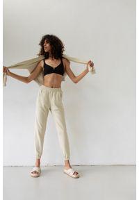 Marsala - Spodnie dresowe typu jogger w kolorze CANNOLI CREAM - DISPLAY BY MARSALA. Stan: podwyższony. Materiał: dresówka. Styl: klasyczny, elegancki