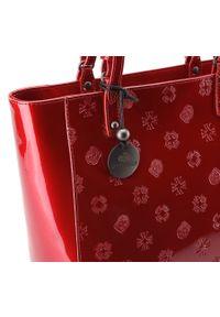 Wittchen - kuferek skórzany lakierowany z monogramem. Kolor: czerwony. Wzór: aplikacja. Materiał: lakierowane, skórzane. Styl: elegancki. Rodzaj torebki: na ramię