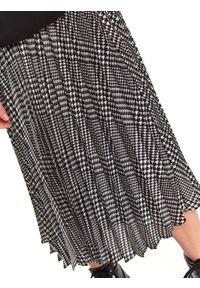 TOP SECRET - Luźna spódnica w kratę za kolano. Okazja: do pracy, na co dzień. Kolor: czarny. Sezon: jesień. Styl: casual