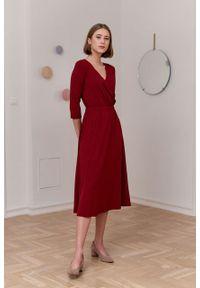 Marie Zélie - Sukienka Rita czerwień wina. Typ kołnierza: dekolt kopertowy. Kolor: czerwony. Materiał: wiskoza, dzianina, materiał, elastan, tkanina. Długość rękawa: krótki rękaw. Sezon: jesień. Typ sukienki: proste, kopertowe
