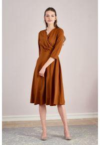 Marie Zélie - Sukienka Petronia wełniana cynamonowa. Kolor: brązowy. Materiał: wełna. Wzór: gładki. Typ sukienki: kopertowe