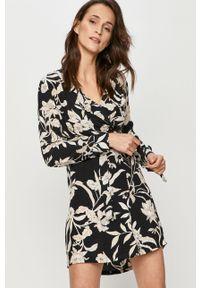 Czarna sukienka Answear Lab w kwiaty, prosta, wakacyjna, z długim rękawem