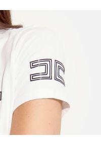 Elisabetta Franchi - ELISABETTA FRANCHI - Biały t-shirt z kontrastowym monogramem. Okazja: na co dzień. Kolor: biały. Materiał: bawełna, jeans. Wzór: nadruk. Styl: casual