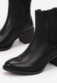 Renee - Czarne Botki Alcile. Nosek buta: okrągły. Zapięcie: zamek. Kolor: czarny. Szerokość cholewki: normalna. Wysokość cholewki: za kostkę. Materiał: guma. Obcas: na obcasie. Styl: klasyczny. Wysokość obcasa: niski