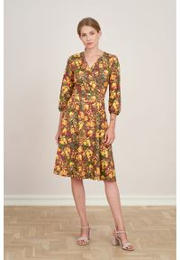 Marie Zélie - Sukienka Hermia Prado ciemnoróżowa. Typ kołnierza: dekolt kopertowy. Materiał: bawełna, dzianina, materiał, elastan, skóra. Długość rękawa: krótki rękaw. Typ sukienki: kopertowe