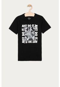 Czarny t-shirt Nike Kids na co dzień, z nadrukiem, casualowy