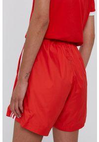 adidas Originals - Szorty. Okazja: na co dzień. Kolor: czerwony. Materiał: tkanina, materiał. Styl: casual