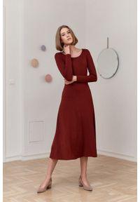 Marie Zélie - Sukienka Margarita ceglasta. Kolor: czerwony. Materiał: tkanina, dzianina, elastan, wiskoza, materiał. Długość rękawa: długi rękaw. Typ sukienki: trapezowe