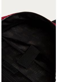 Czerwony plecak Guess z nadrukiem